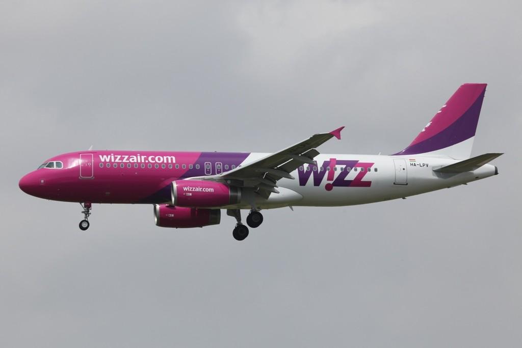 Die Wizzair existiert in mehreren osteuropäischen Ländern, dieser Airbus kommt aus Ungarn.