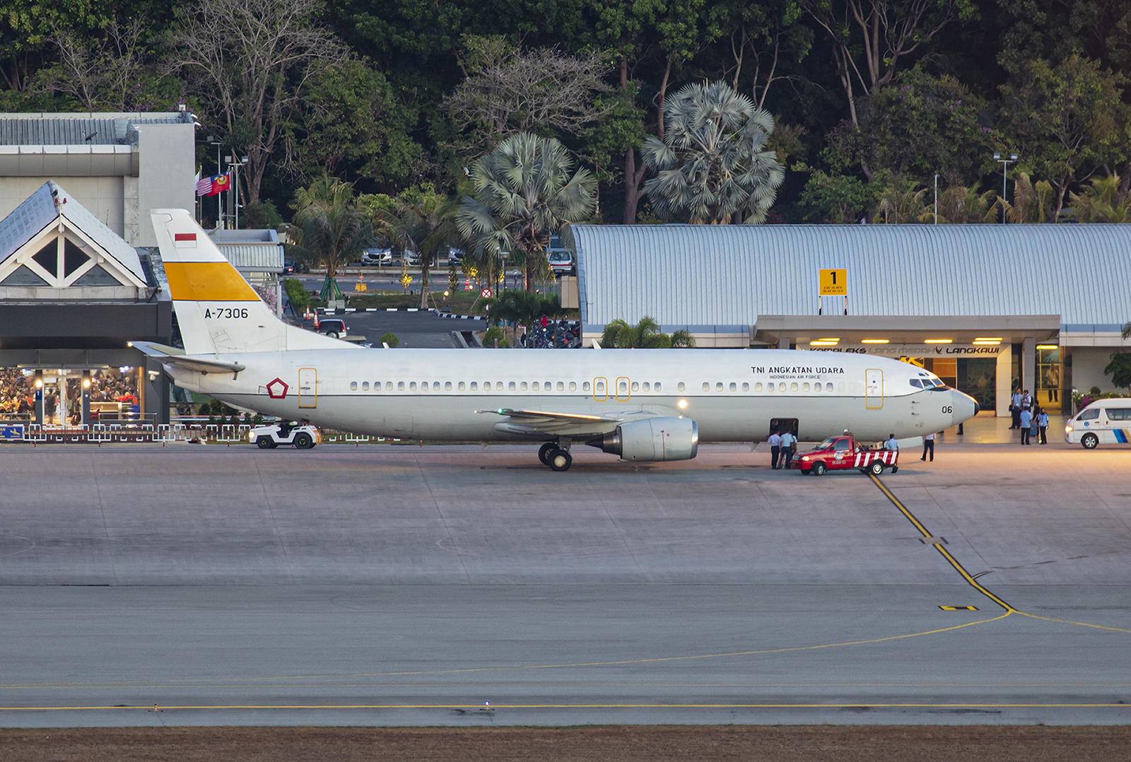 Boeing 737-400 der Luftwaffe Indonesiens im ersten Tageslicht.