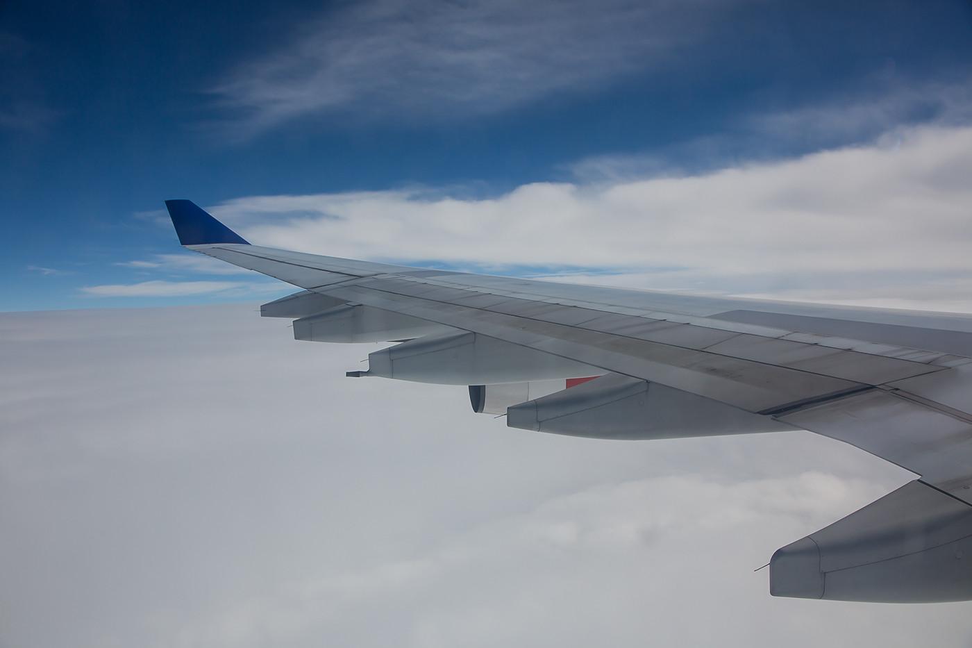 Der Anflug auf Narita begann immer noch über einer geschlossenen Wolkendecke.