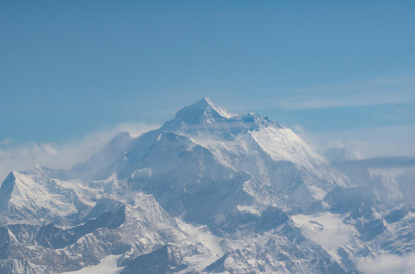 Der Mount Everest in der Morgensonne, davor die Amadabla, für viel der schönste Berg im Himalaya.