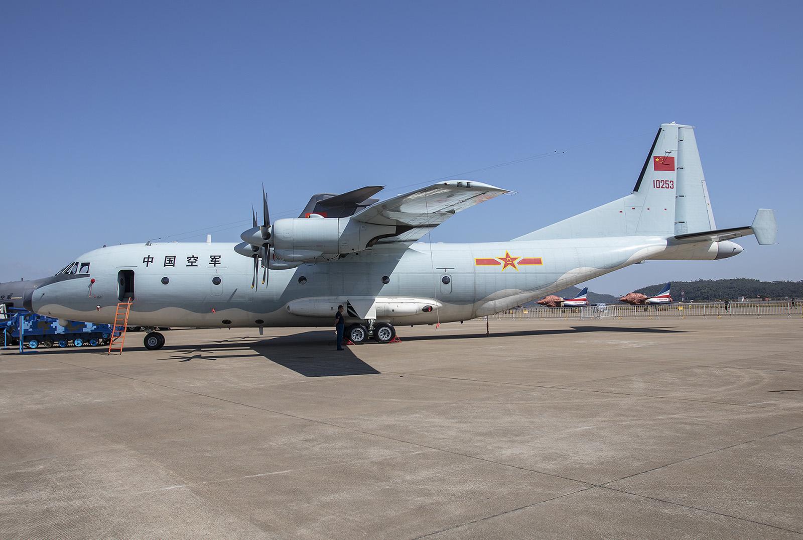 Propellerflugzeuge müssen nicht zwangsläufig alt sein. Die Shaanxi Y-9 ist ein moderner mittlerer Transporter, der erstmals 2011 gesichtet wurde.