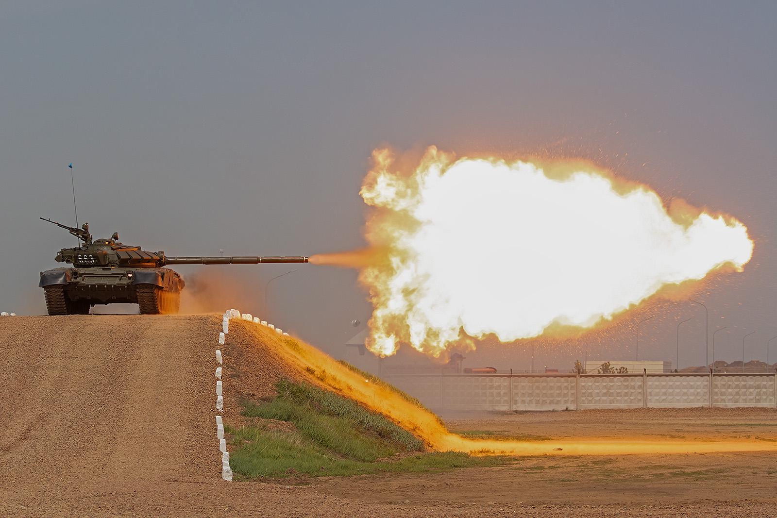 T-72 der kasachischen Armee beim Feuern.