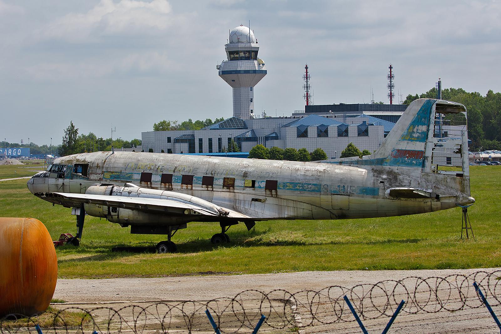 Neben der Wache der Flughafenfeuerwehr steht die alte Ilyushin Il-14 der LOT. Ein Relikt aus sozialistischen Zeiten.