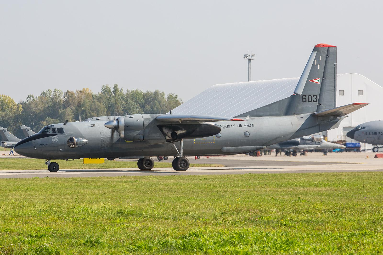 Die An-26 aus Ungarn wartet am Threshold der RWY 04.