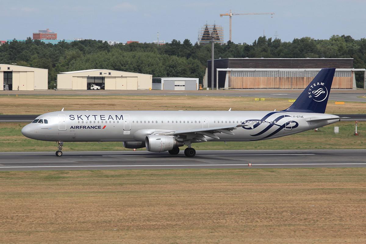 Air France hat diesen A-321 neu in den Farben des Skyteam.