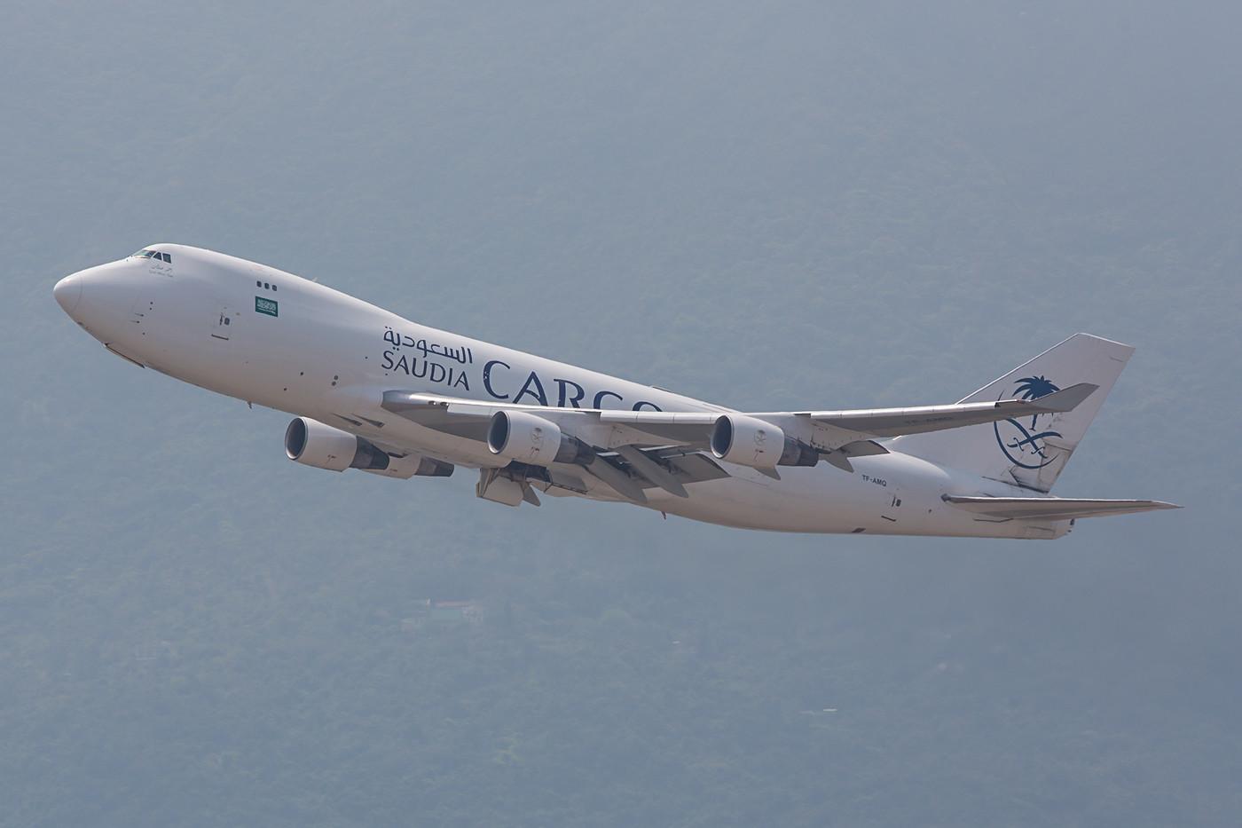 Die TF-AMQ der Air Atlanta Icelandic fliegt im Wetlease für Saudia Cargo, Vorbesitzer dieser Boeing 747-412FSCD war Singapore Airlines.
