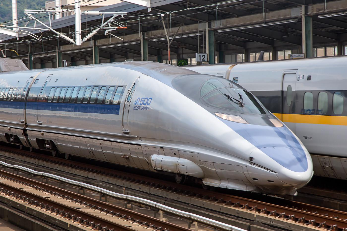 Der von aussen wohl schönste Zugtyp ist die Serie 500 der JR West. Leider gibt´s nur 8 Einheiten davon und er ist auf Grund seiner Enge bei Fahrgästen eher unbeliebt.