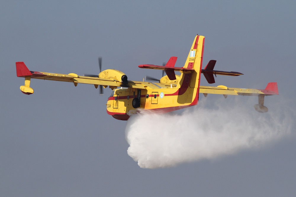 CL-415 beim Wasserabwurf.