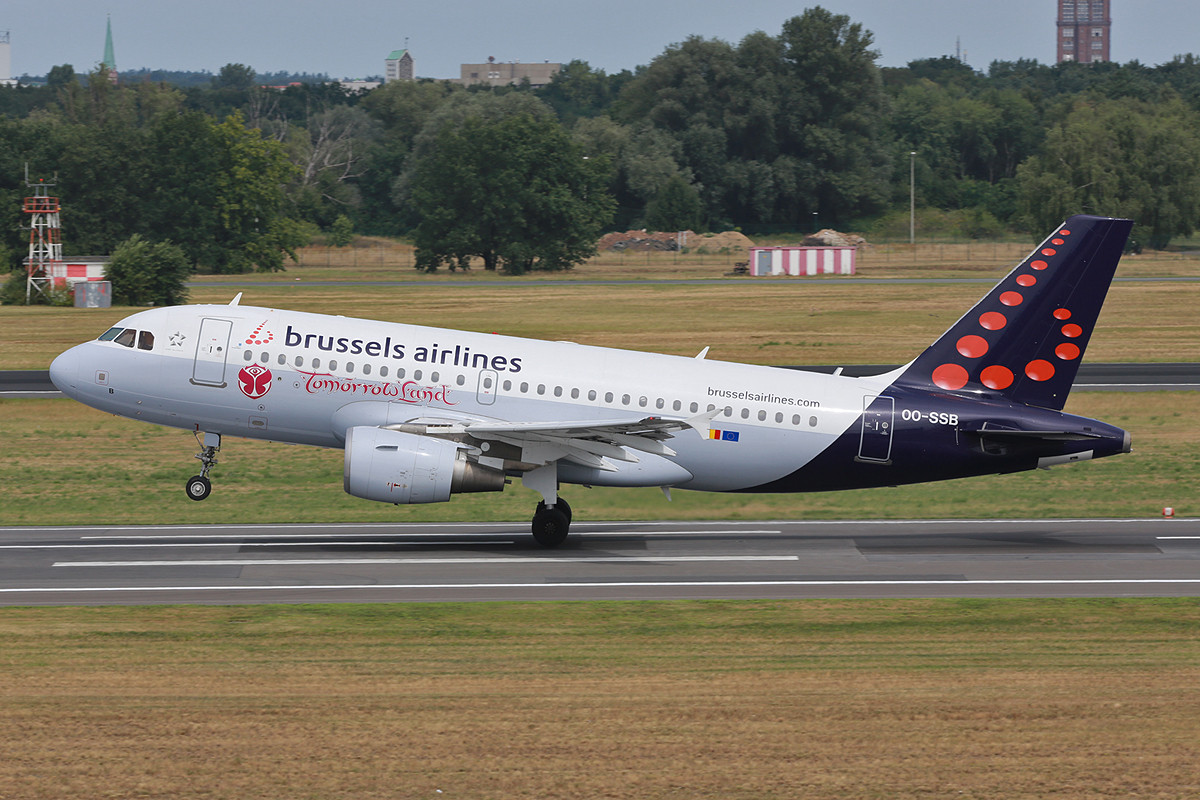 """Glücksfall Nummer 2 des Tages diese A-319 der Brussel Airlines mit """"Tomorrowland""""-Sticker."""