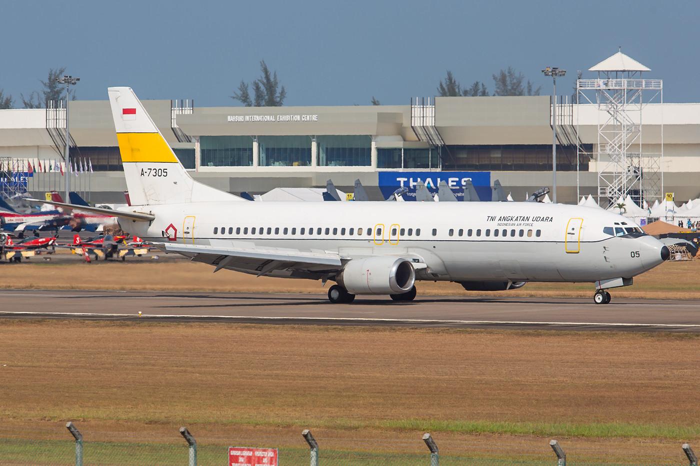 Diese Boeing 737-400 der Indonesischen Luftwaffe flog vorher bei Garuda.
