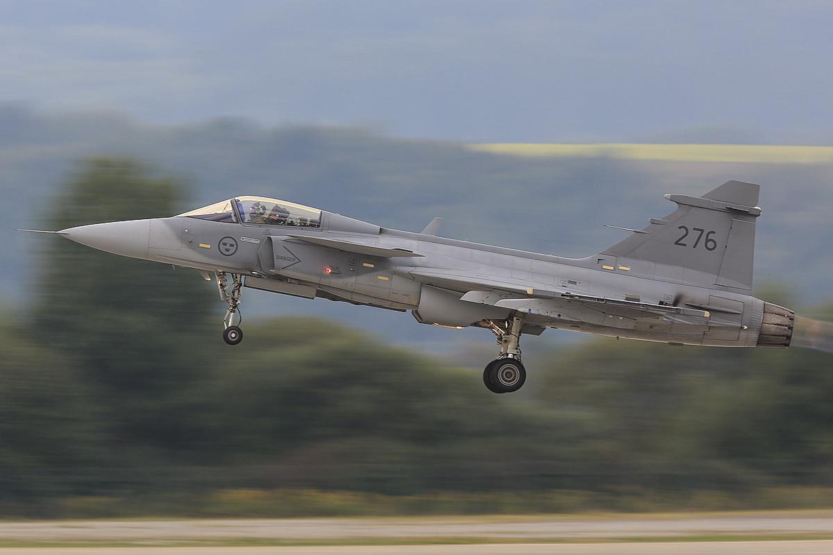 SAAB JAS 39 Gripen der schwedischen Luftwaffe bei nicht ganz optimalem Licht.