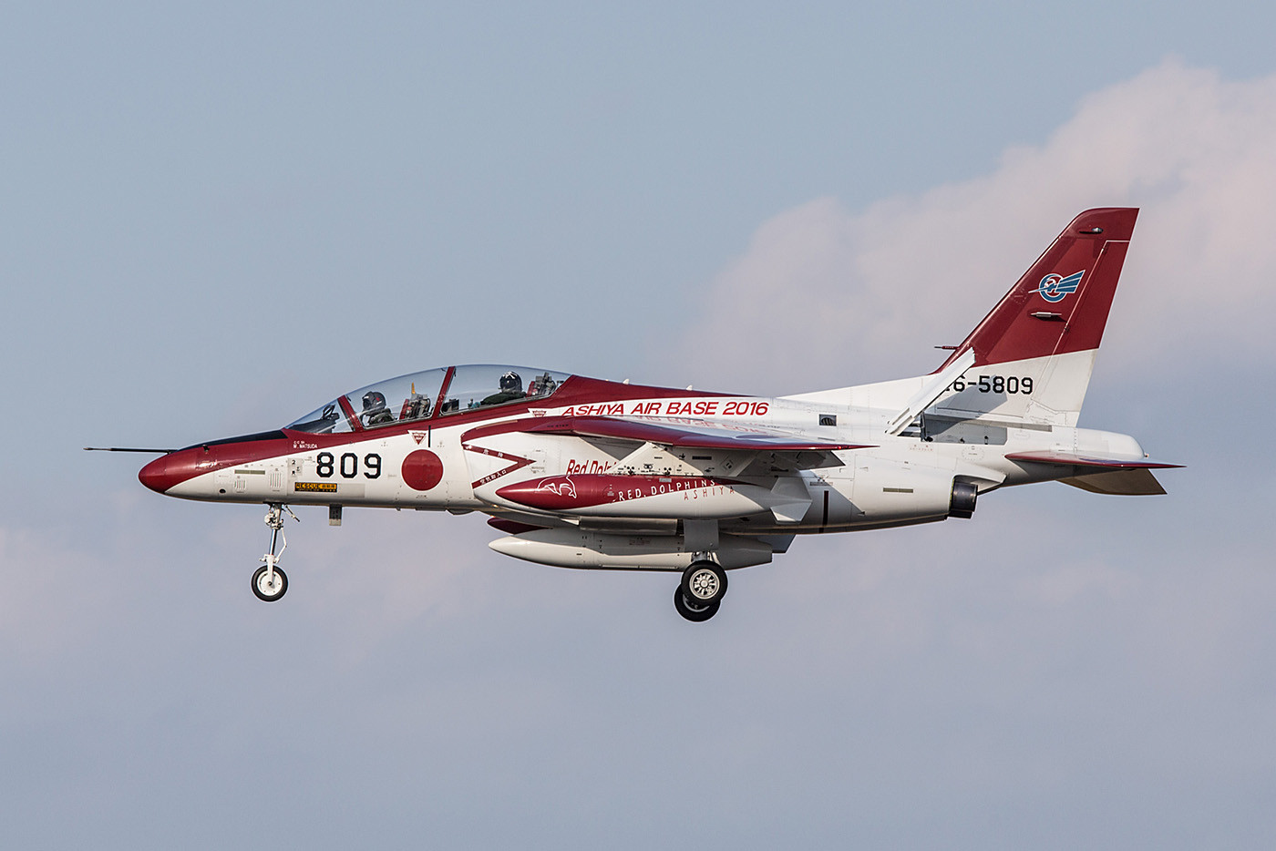 """Aus Ashiya stammte diese Mitsubishi T-4 von den """"Red Dolphins""""."""