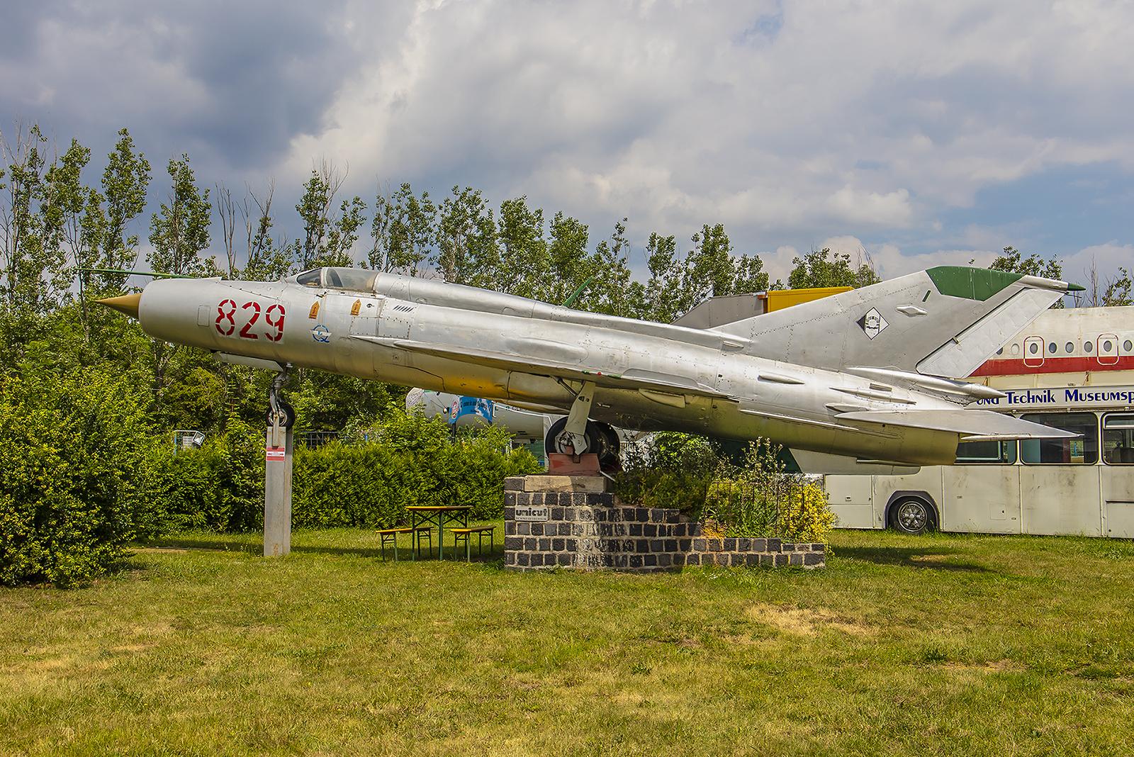 Merseburg - MiG-21SPS noch im klassischen silber.