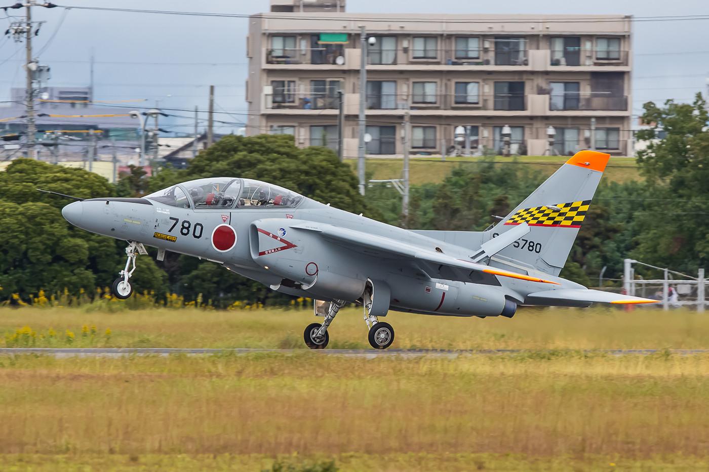 Der rote Streifen unter dem Karomuster am Heck weist diese T-4 als Mitglied der 32nd Kyoiku Hikotai aus.