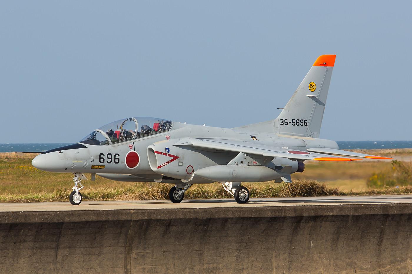 T-4 der 6 Hikotai auf der Kaimauer.