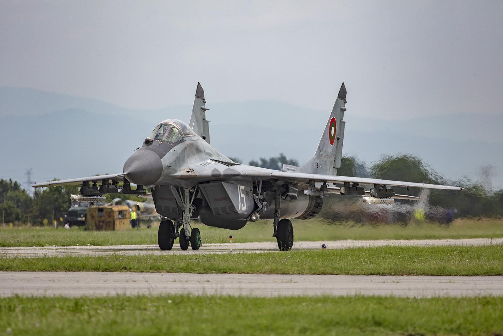 Um keine Fremdkörper anzusaugen verschließen sich die unteren Einläufe der MiG am Boden.