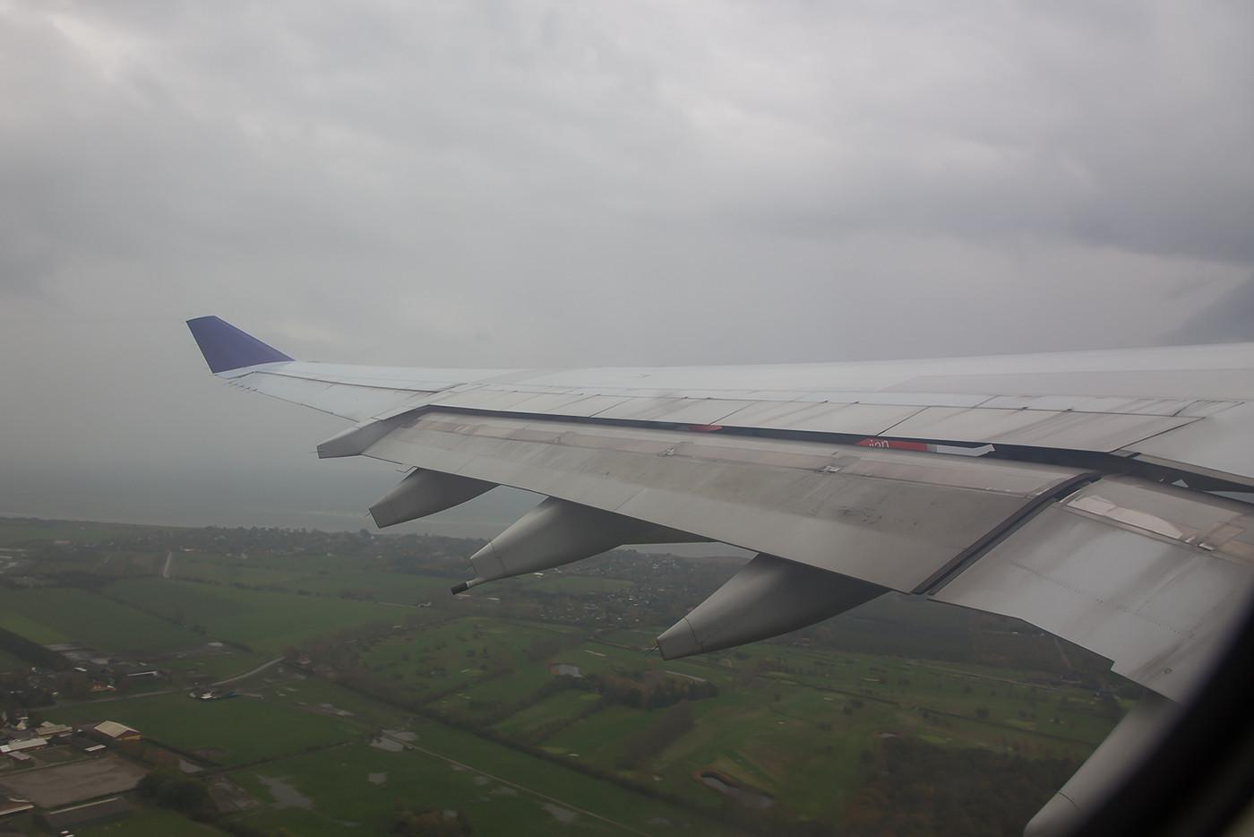 Der Weiterflug erfolgte dann mit der OY-KBD.Der rund 13 Jahre alte A 340 quälte sich mühsam aus dem miesen Kopenhagener Wetter.