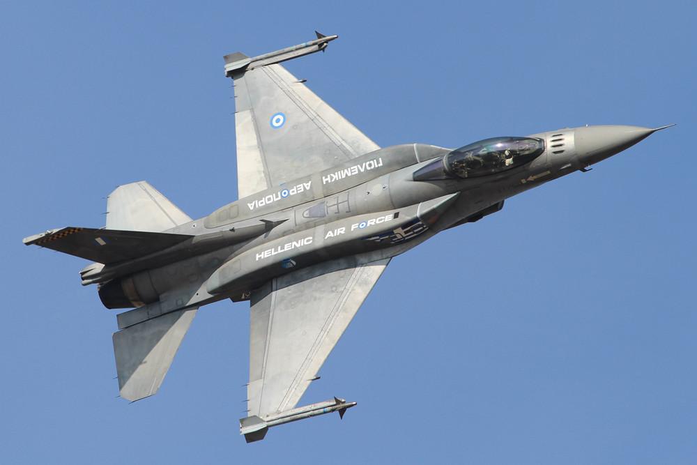 Das Team Zeus mit seiner F-16C Bl. 52+.