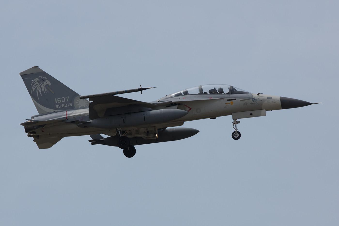 In Taichung sahen wir noch die letzten Landungen des Vormittags. Hier ein Doppelsitzer F-CK-1B der 7th TFW.