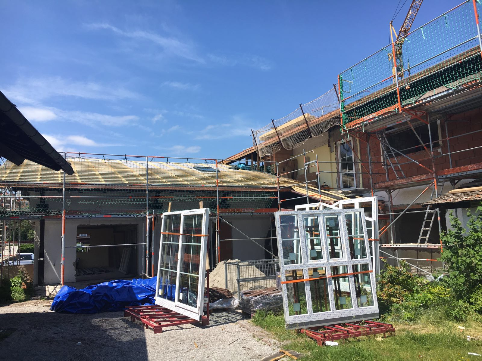 neue Fenster werden eingebaut und das Dach gedeckt