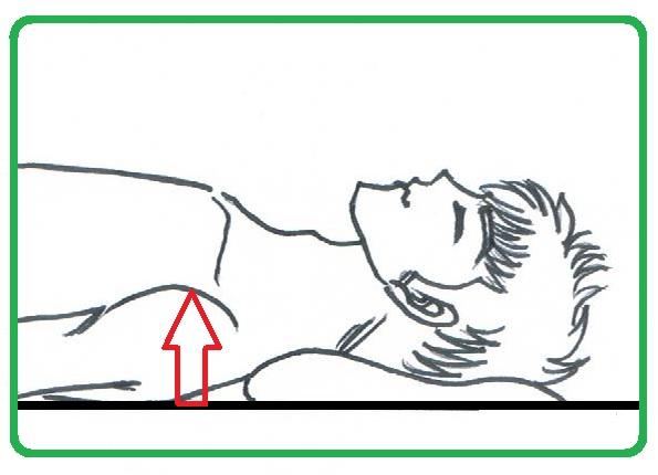 施術後、肩や背中が緩んで緊張がほぐれることで肩先がベッドに近づいている。