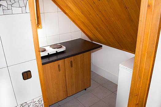 Vistas de la pequeña cocina de madera y mármol negro