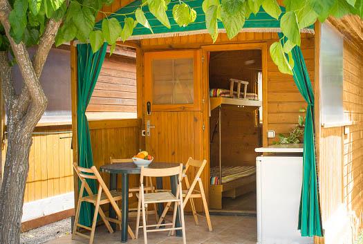 Exterior de la cabaña con vistas al interor de la misma
