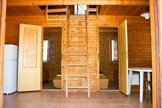 Escalera y habitaciones del bungalow