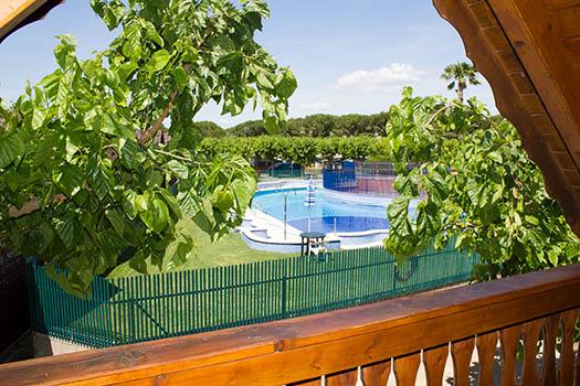 Vistas desde el bungalow a la piscina del camping