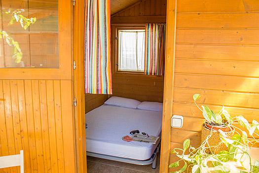 Interior interior del bungalow cama