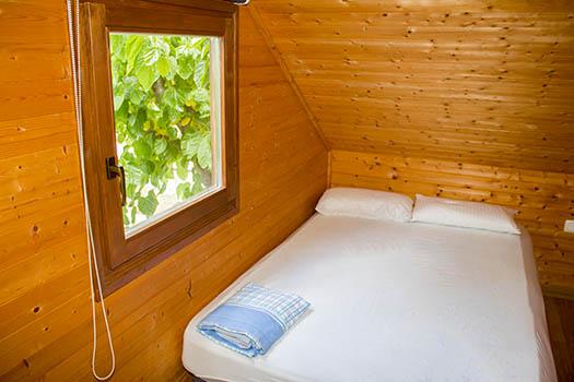 Vistas a la pequeña habitación y su cama