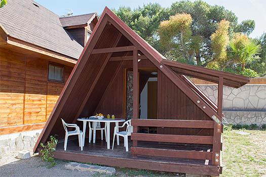 Vistas de la bungalow de forma triangular de madera