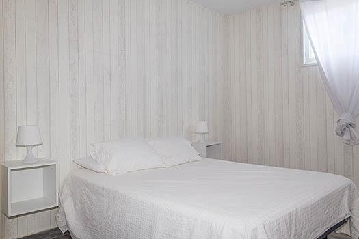 vista de habitación de matrimonio todo en blanco