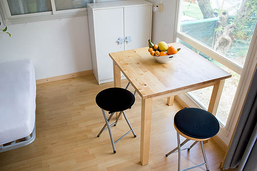 Vista de la mesa del comedor con dos sillas
