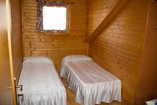 Vistas de las camas individuales de una de las habitaciones
