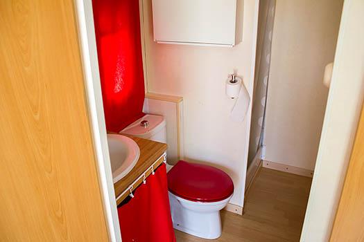 Lavabo de madera con complementos rojos