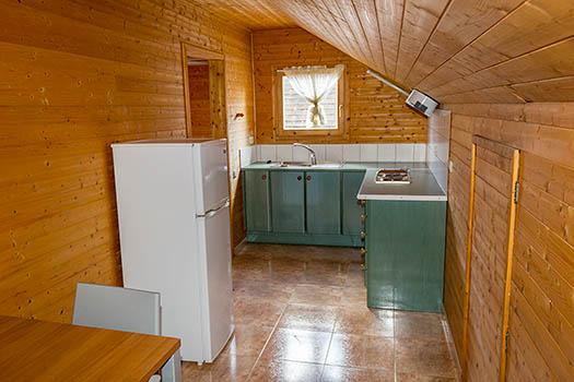 Vistas de la cocina, frigorífico encimera y ventana