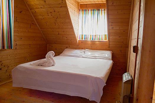 Cama de matrimonio planta superior del bungalow