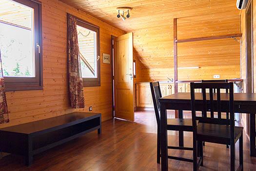Vista general interior del comedor del bungalow