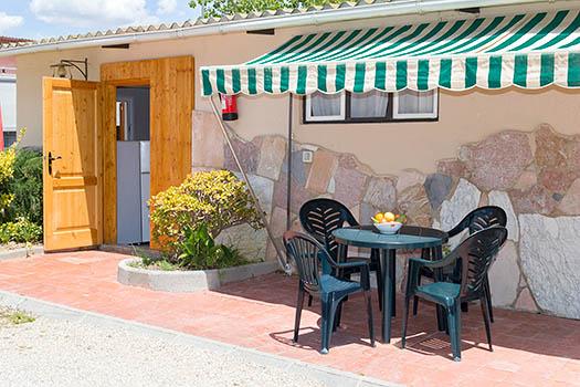 Vistas exteriores del bungalow con sus mesa y sillas