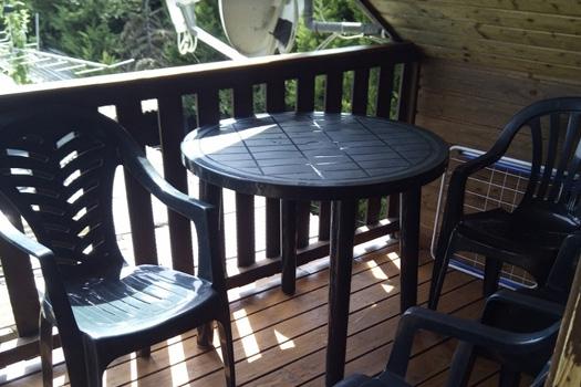 Terraza con mesas y sillas de color verde