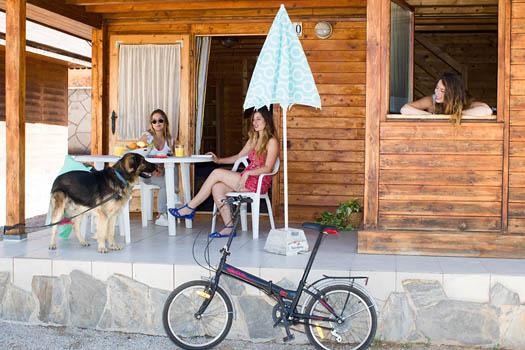 Chicas en la terraza del bungalow
