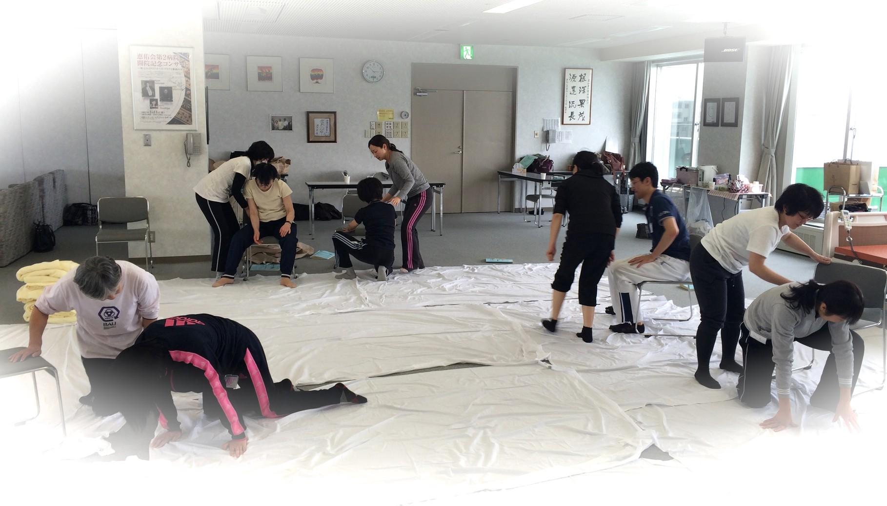 3日目になると床から椅子への移動も1人でサポートできるようになります