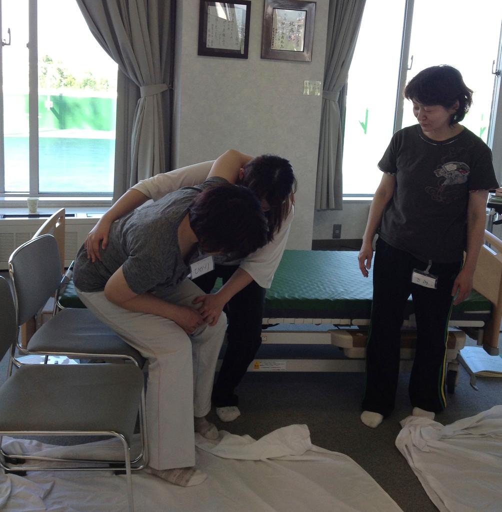片麻痺の人の設定で、車椅子と想定した椅子へ移動。