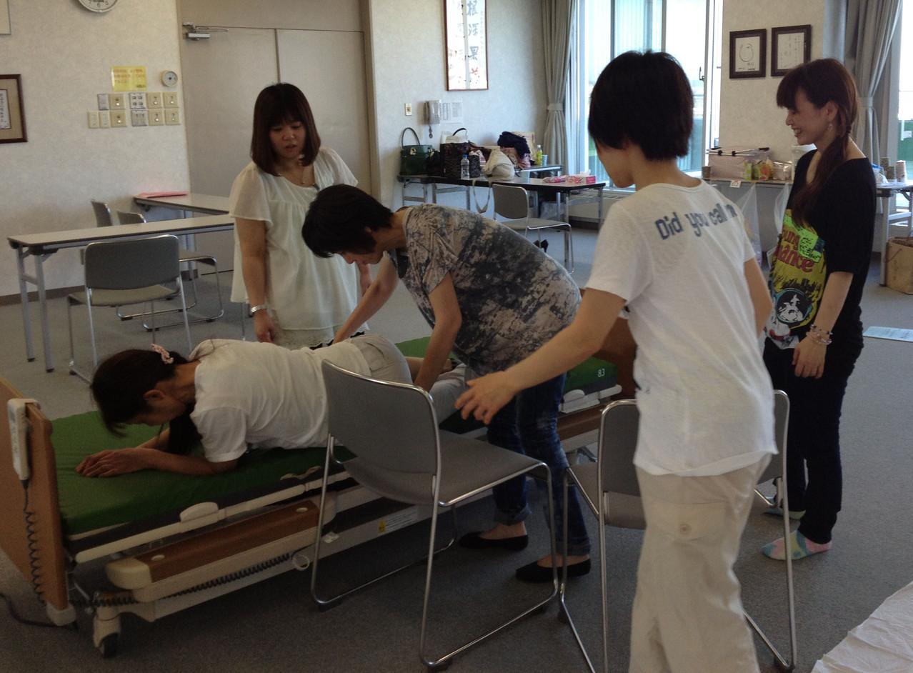 足に重さをかけられない人を後ろ向きから椅子へ移動。