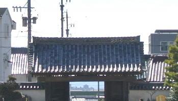 総門越しに見える岡崎城
