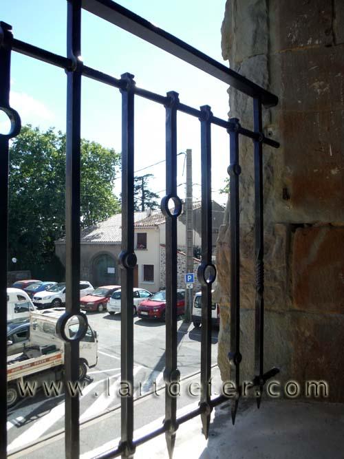 Détail garde-corps de fenêtre motifs cercles forgés