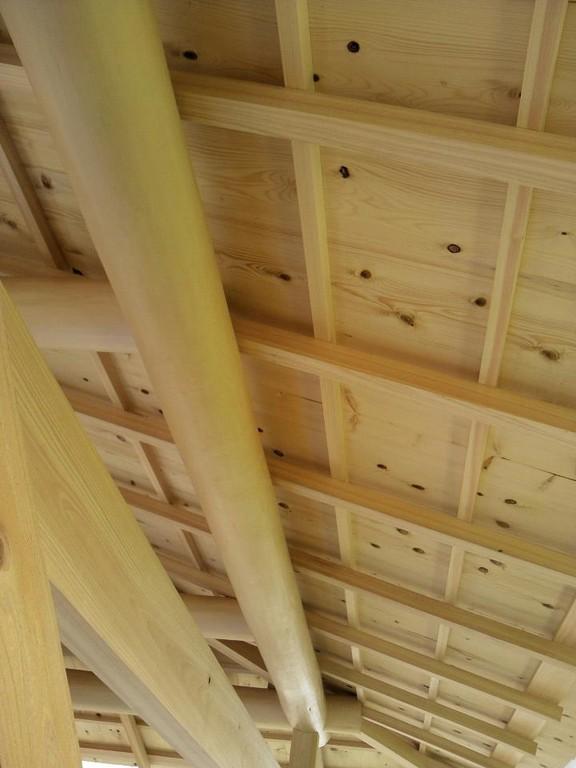 桁、垂木、小舞は吉野の桧、軒裏天井板は高野槇です。