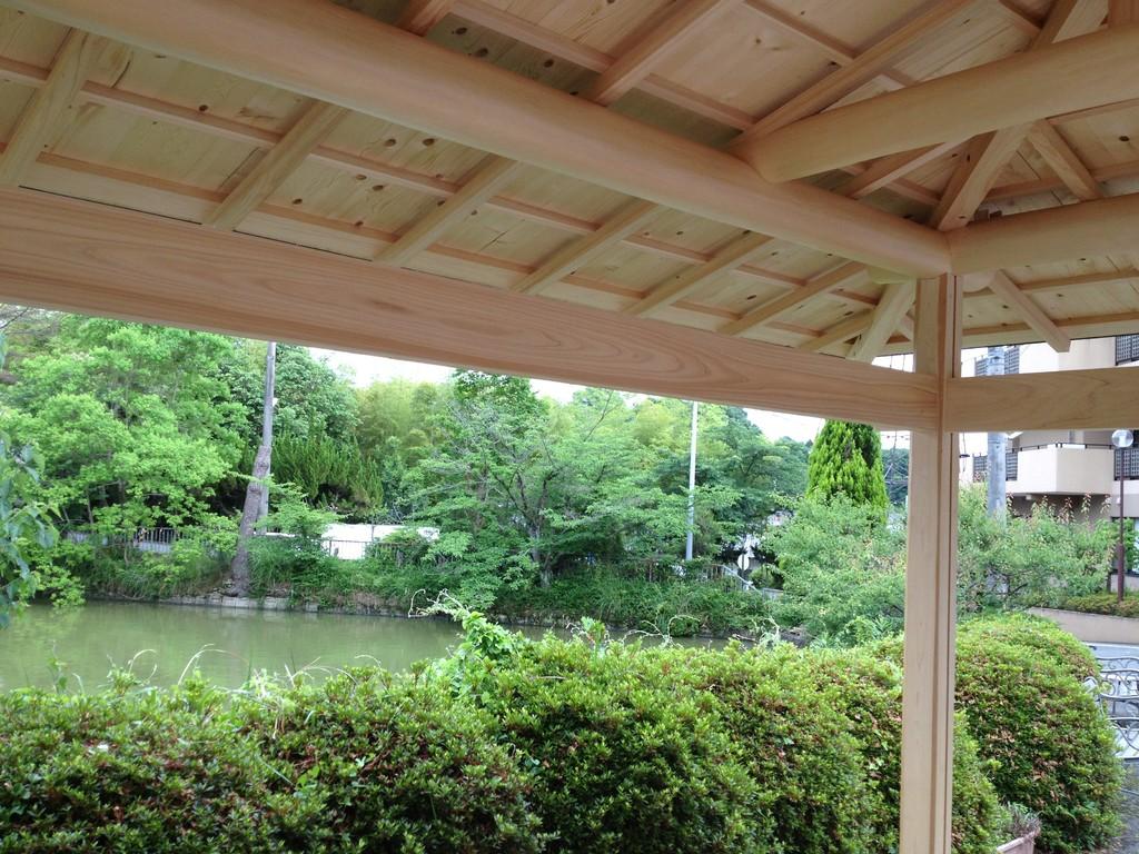つつじの木の向こうには池があり、風情がたっぷり。