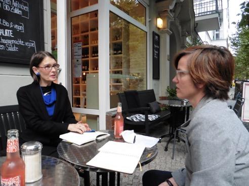 Andrea Schomburg und Dorothee Mahnkopf planen die Lesung.